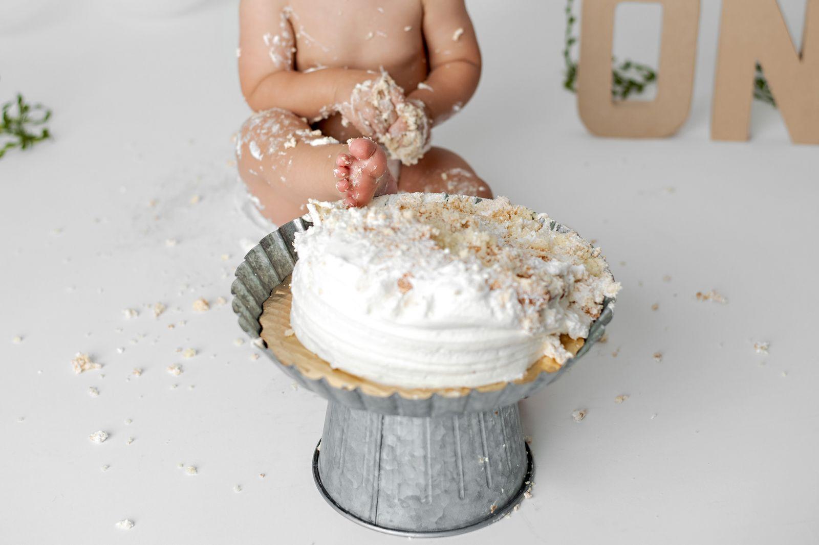 simple-and-white-studio-cake-smash-goose-creek-sc-03
